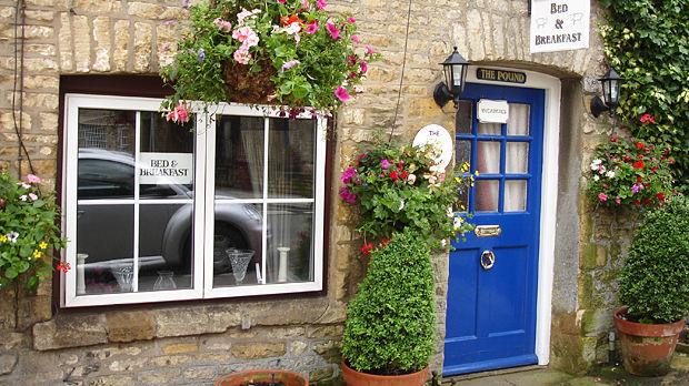 mm-travelnews-09-2015-03-england-cotswolds-b&b-outside.jpg